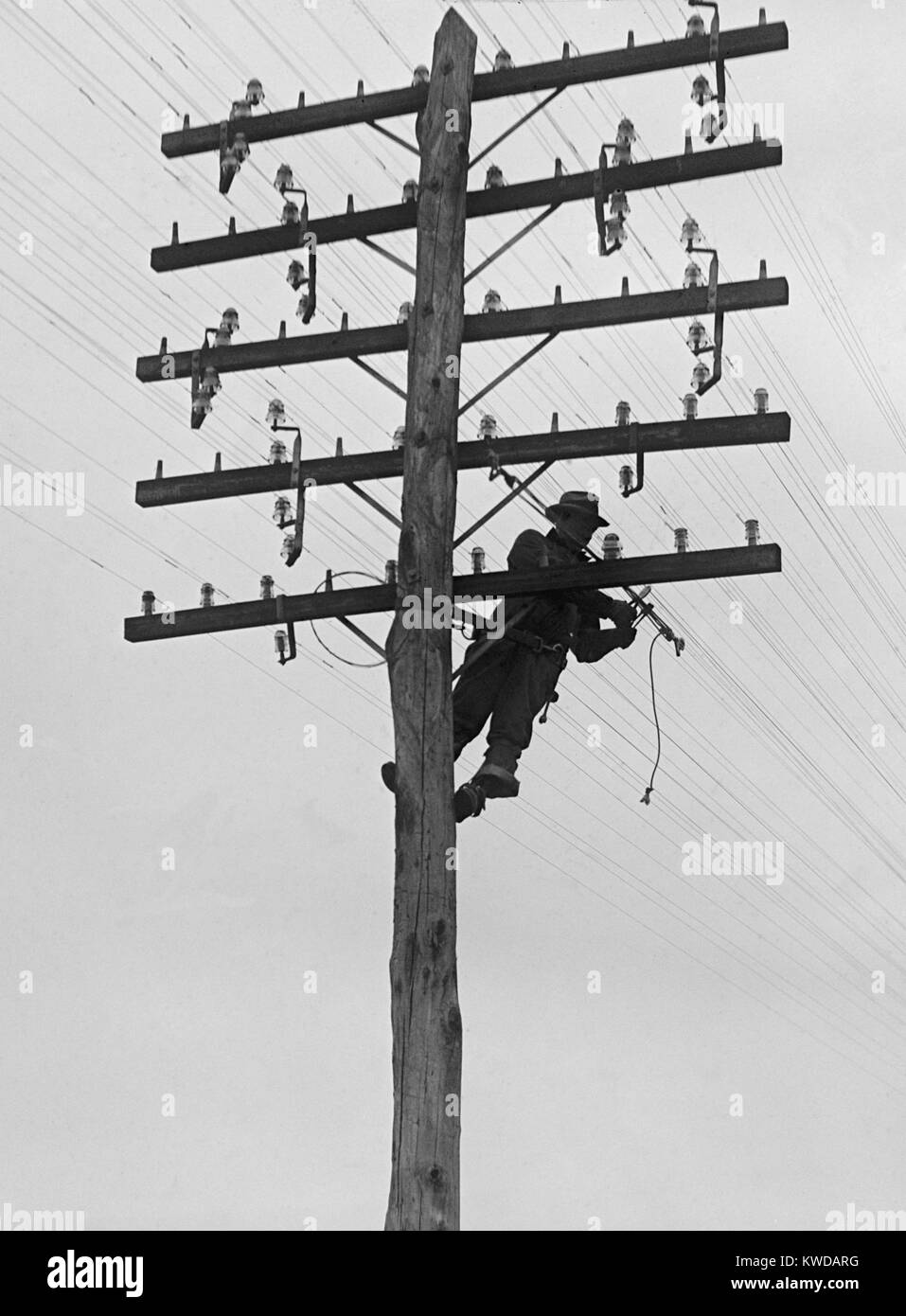 Chesapeake and Potomac Telephone Company lineman at work in 1929. Installation and maintenance of utility lines - Stock Image