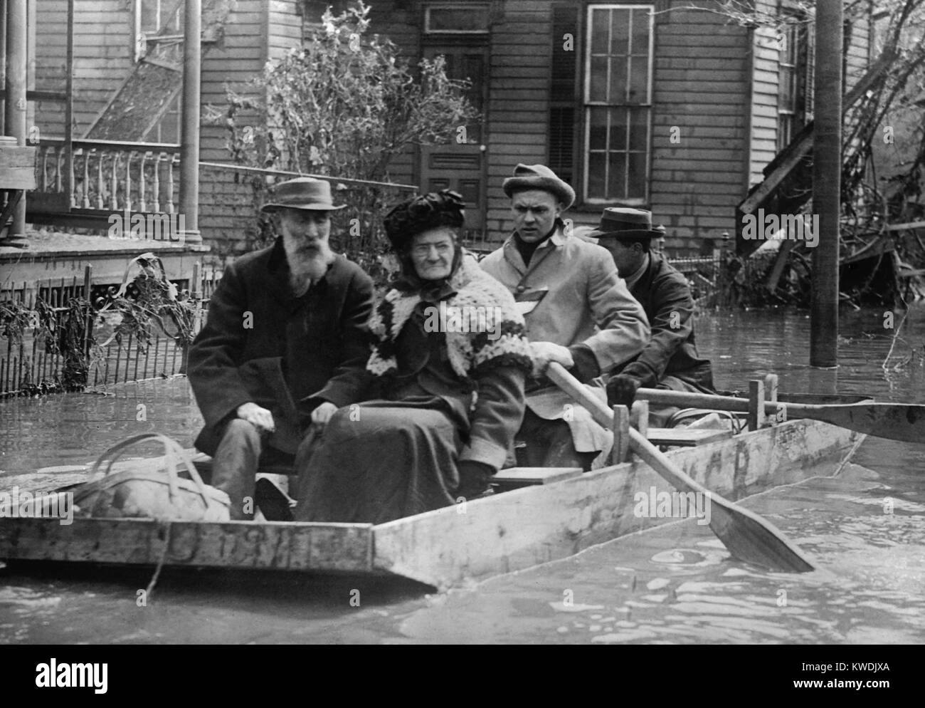 An elderly couple is evacuated from their Dayton home in a small wood boat in March 1913. During the Great Flood - Stock Image
