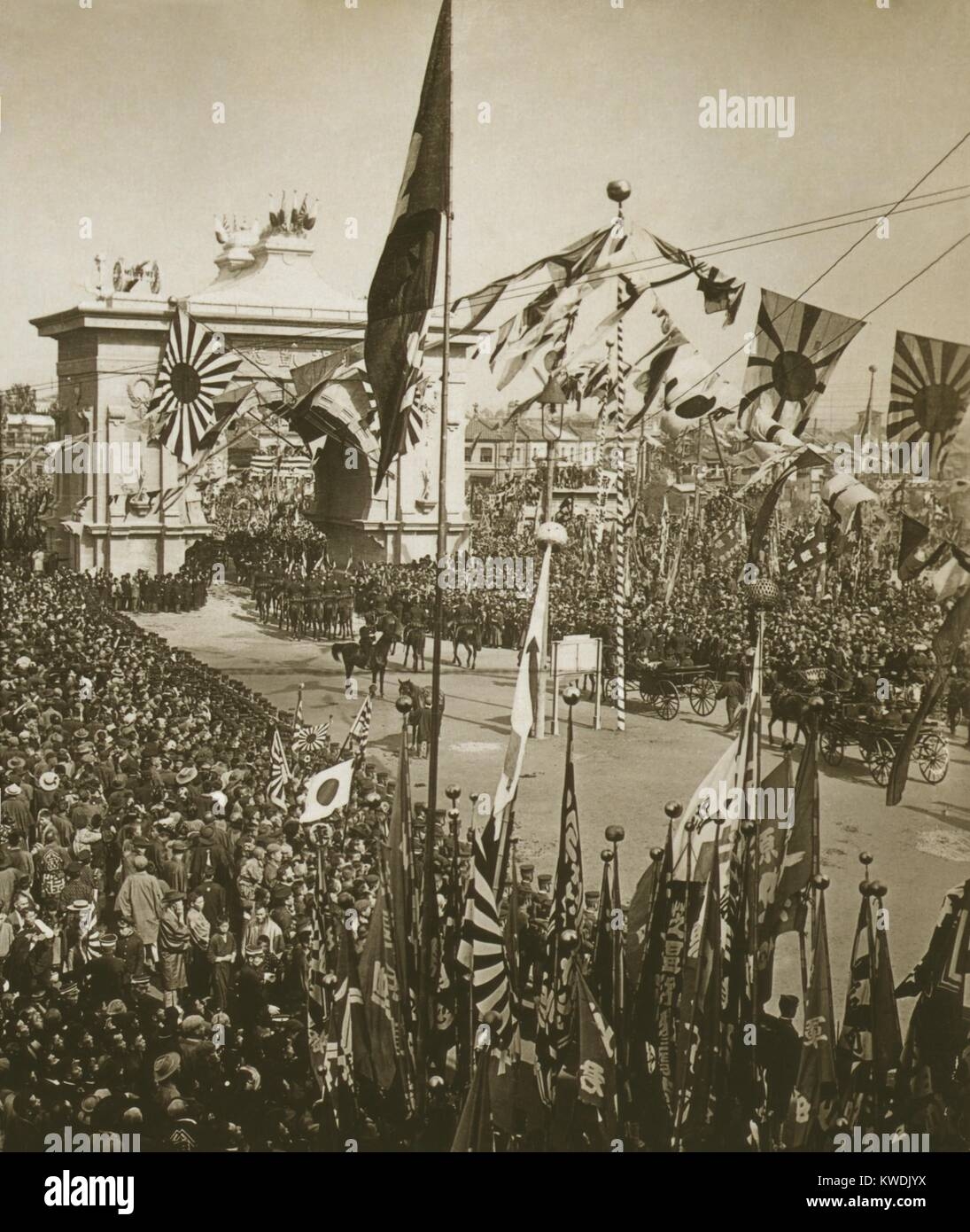 Japanese crowds celebrate the procession carrying Admiral Togo, and naval officers on Oct. 1905. Japans decisive - Stock Image