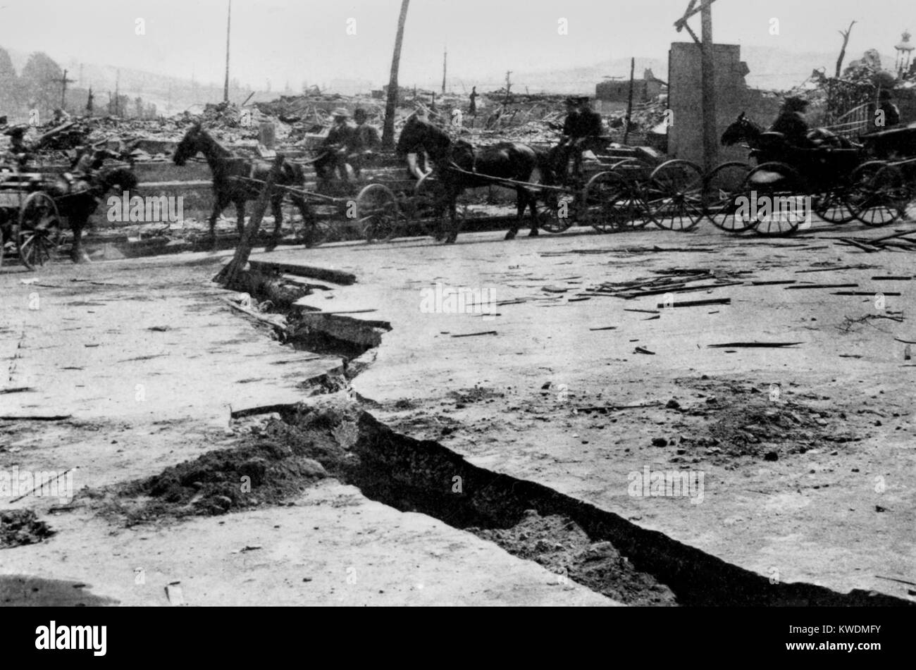 Break in asphalt paving on Van Ness Avenue after the San Francisco Earthquake, 1906. Lateral movements of 3 feet Stock Photo