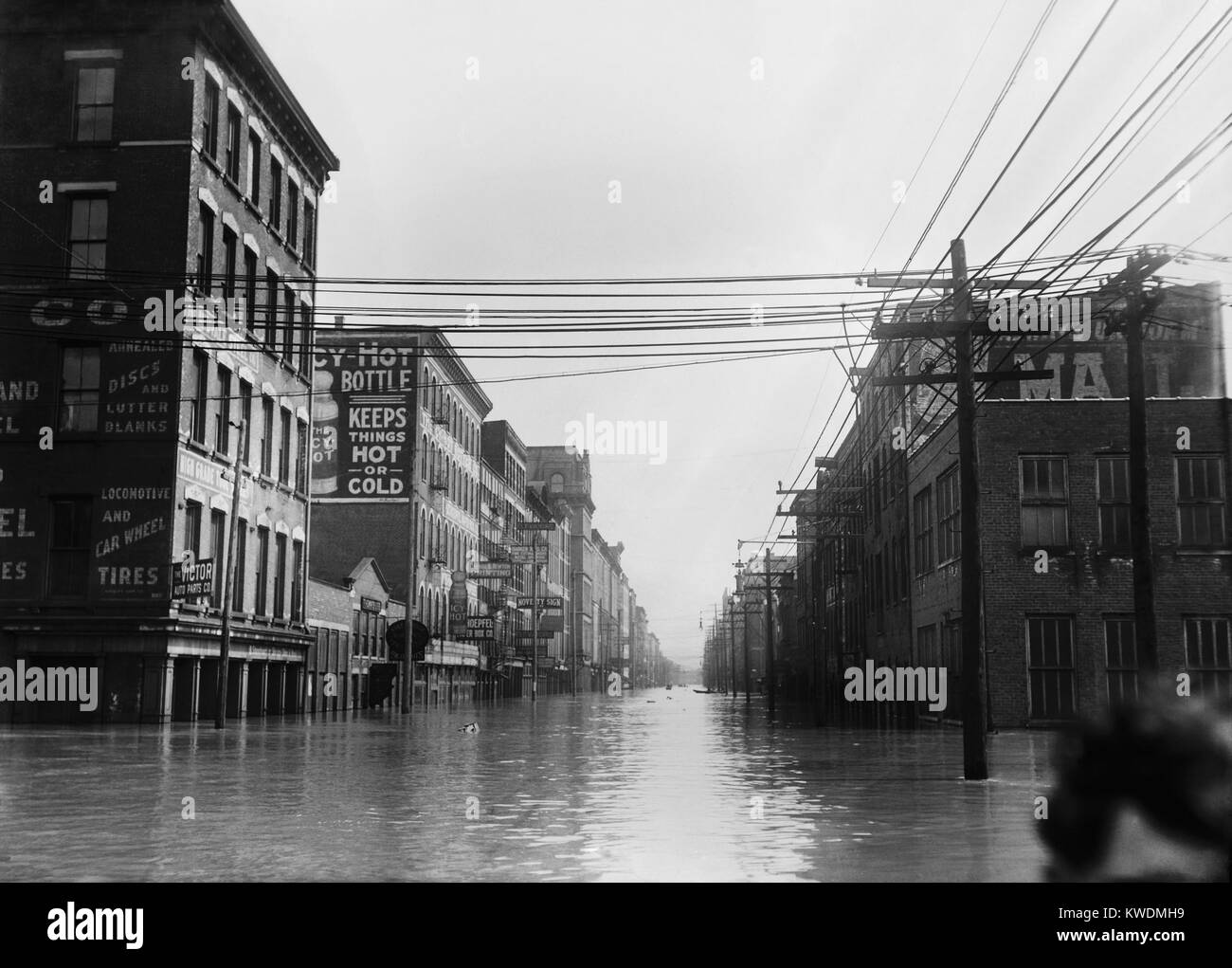 The Great Flood of 1913 was Ohios greatest weather disaster of the early 20th century. Photo shows flooded warehouses - Stock Image
