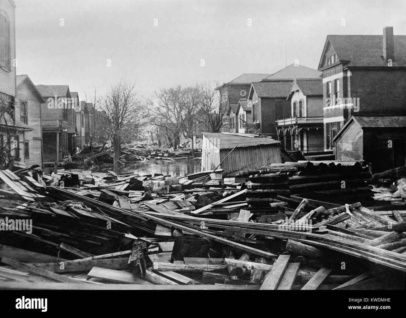 Piles of debris in a residential street in Dayton Ohio in 1913. Levees containing the Great Miami River failed during - Stock Image