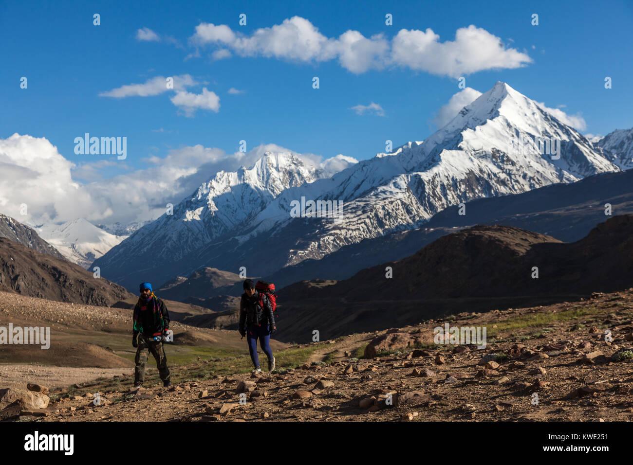 Trekkers walking upto Chandrataal lake from the campsite in Spiti Valley, Himachal Pradesh. - Stock Image