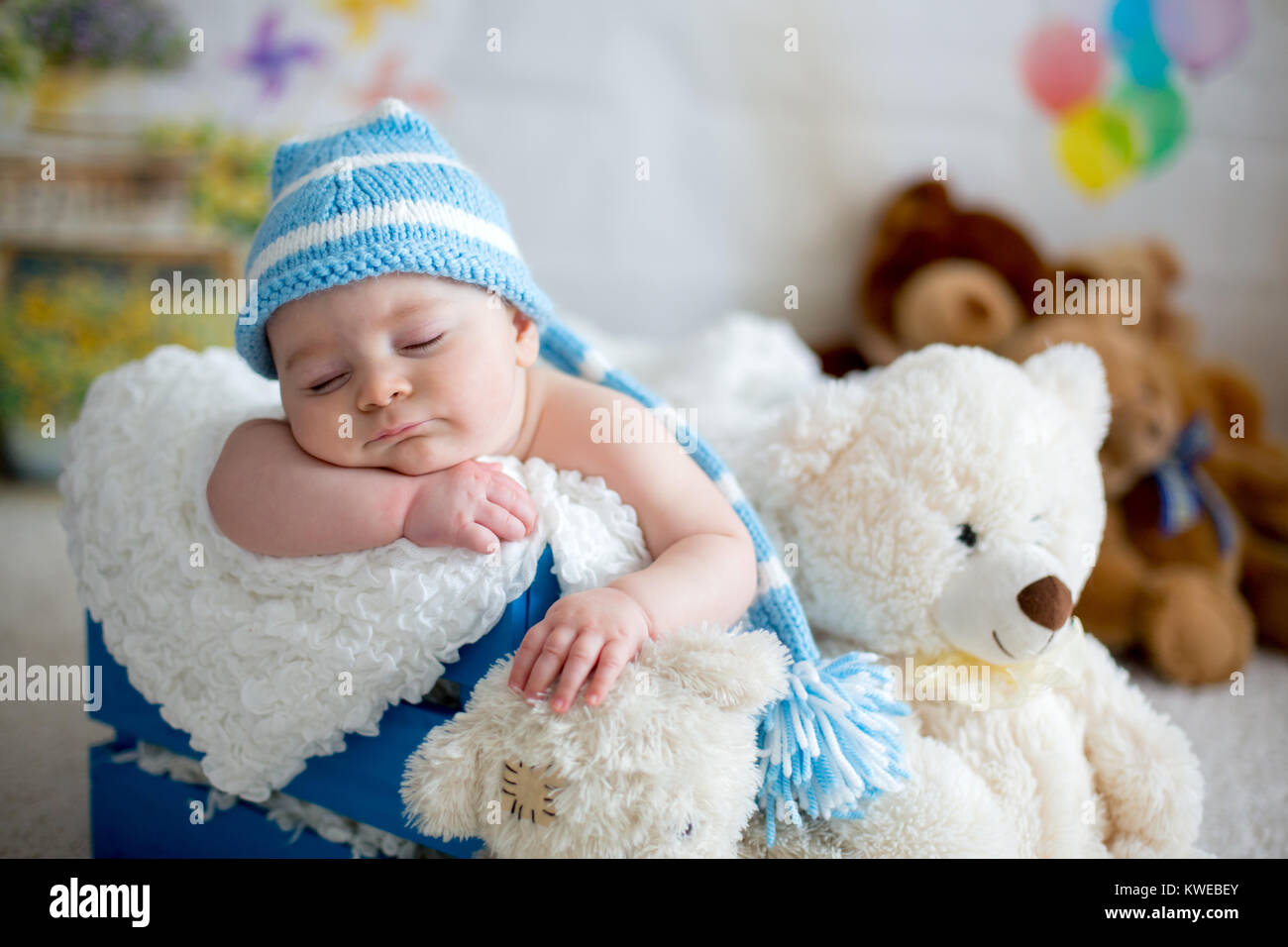 8eddb3ae0 Little baby boy with knitted hat