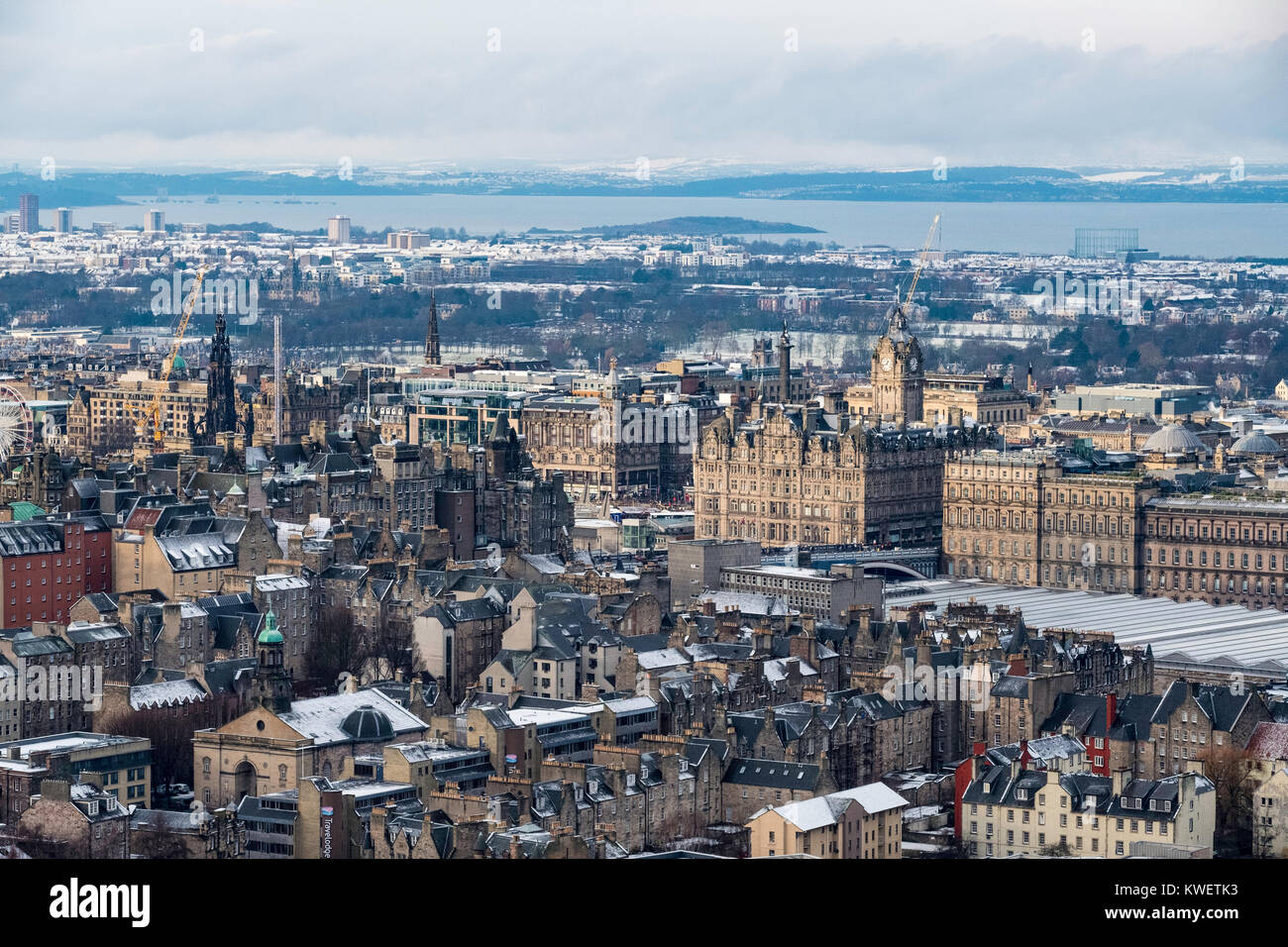 View over city centre of Edinburgh during winter after a snowfall, Scotland, United Kingdom. - Stock Image