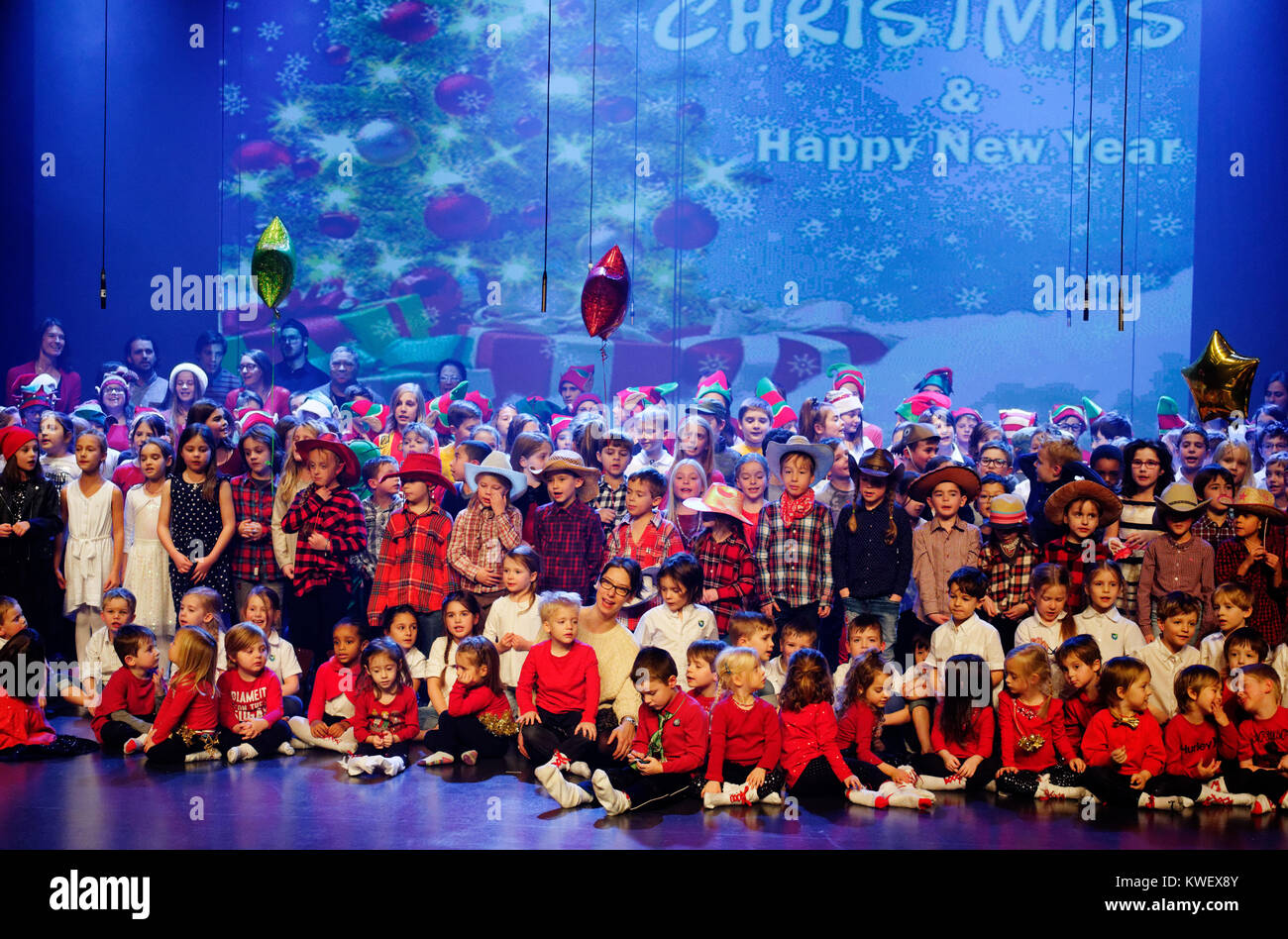 All the children of their school onstage singing at their christmas concert - Stock Image