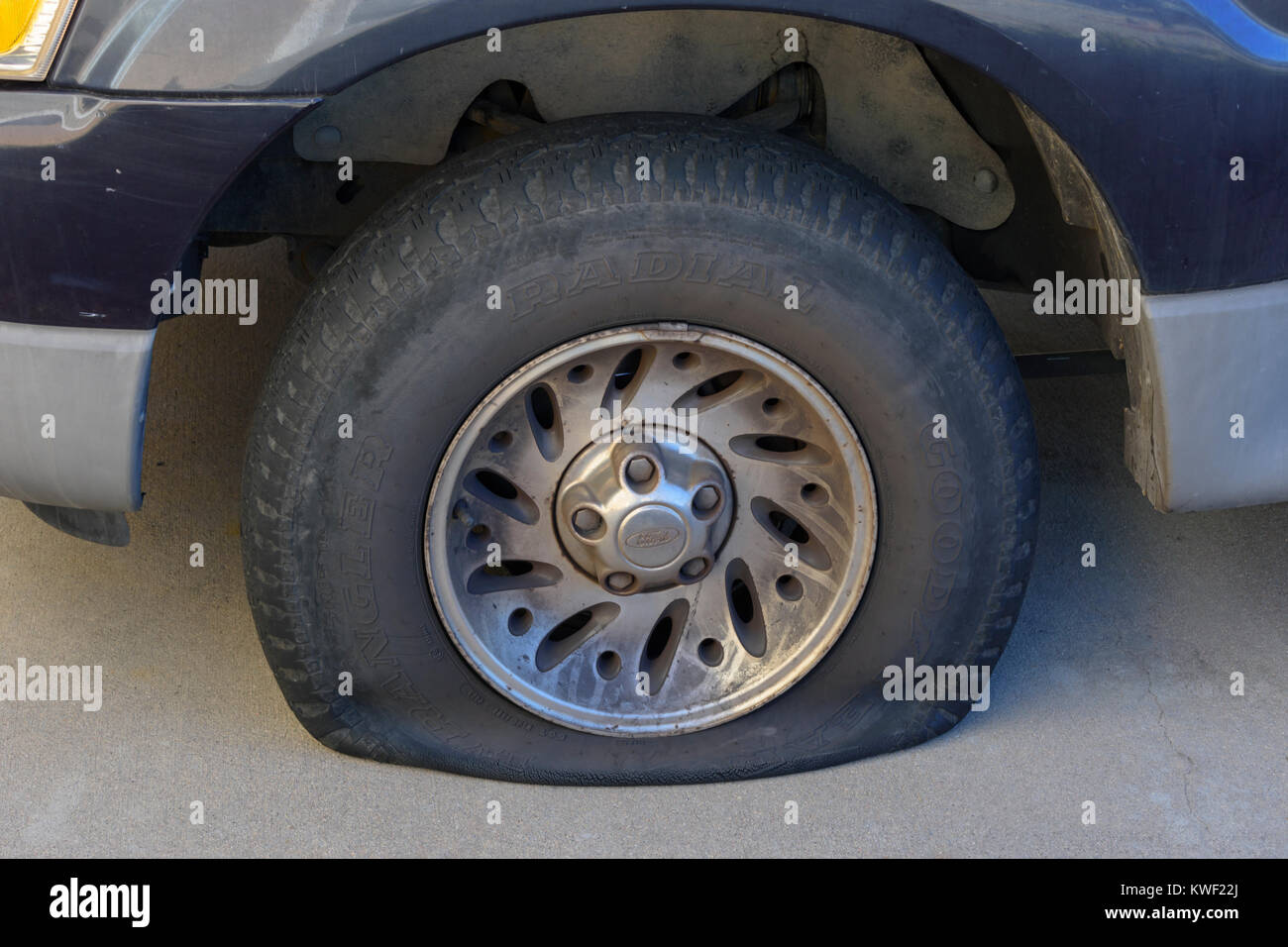 Flat tire on older Ford sport utility vehicle, Colorado US. - Stock Image