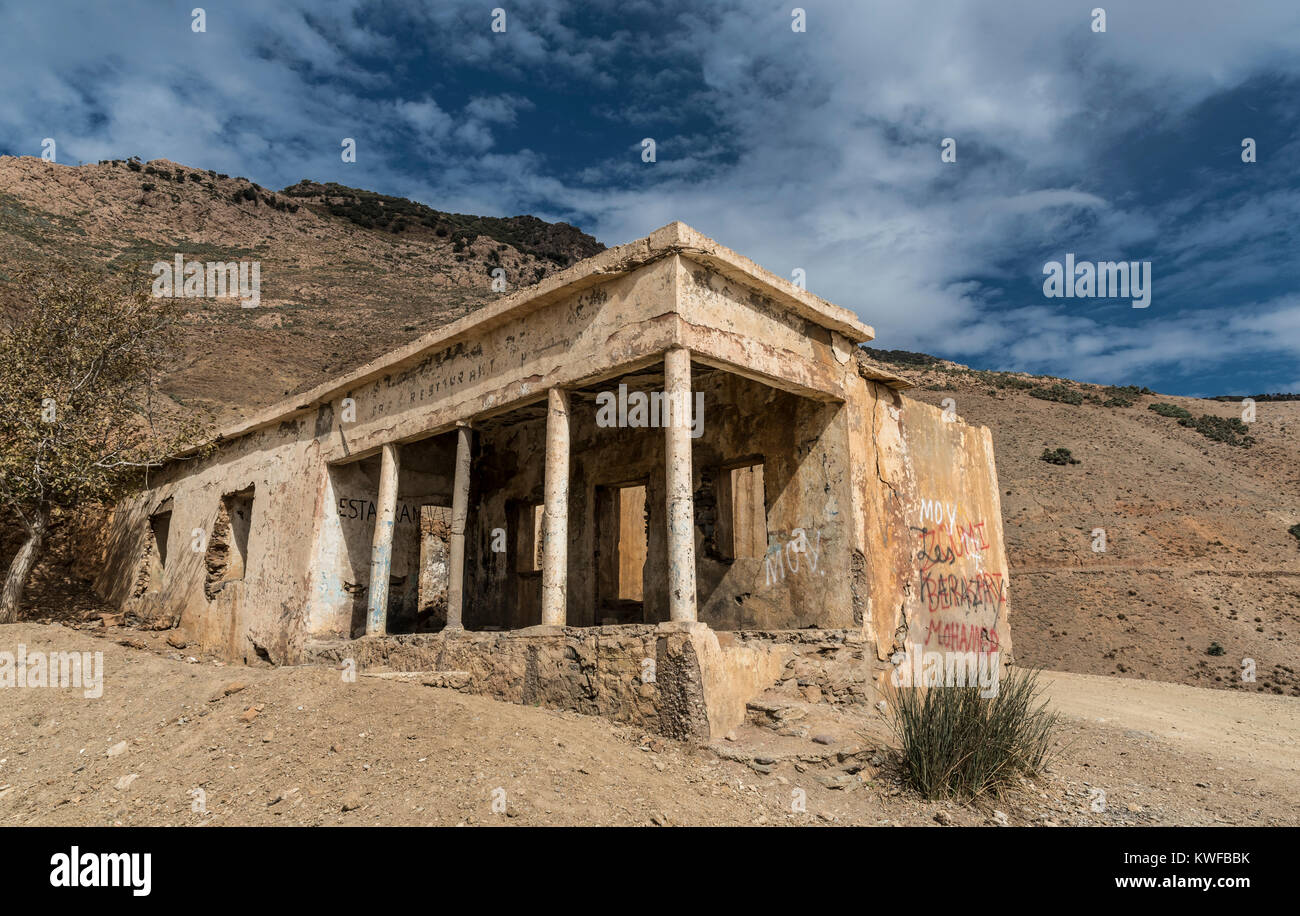 Abandoned cafe with pillars on high Tizi n Test Pass, High Atlas Mountains. - Stock Image