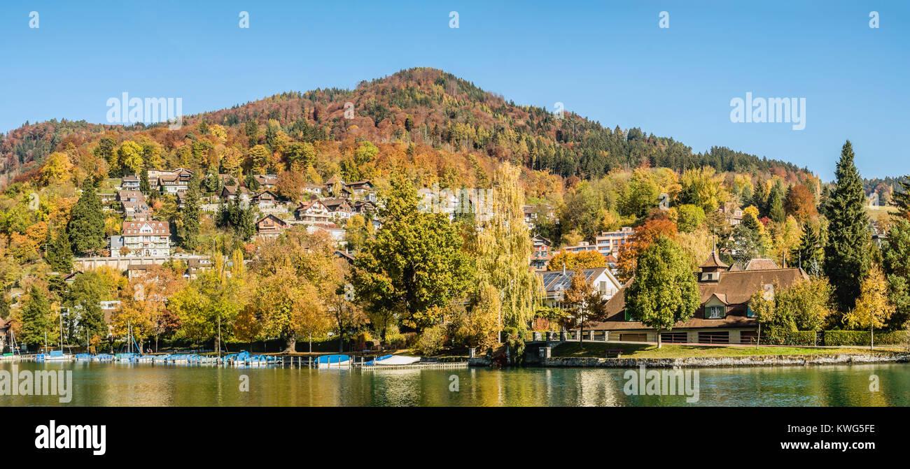 Herbstlandschaft am Fluss Aare und Thuner See, Wallis, Schweiz | Autumn at Aare River and Lake Thuner, Wallis, Switzerland - Stock Image