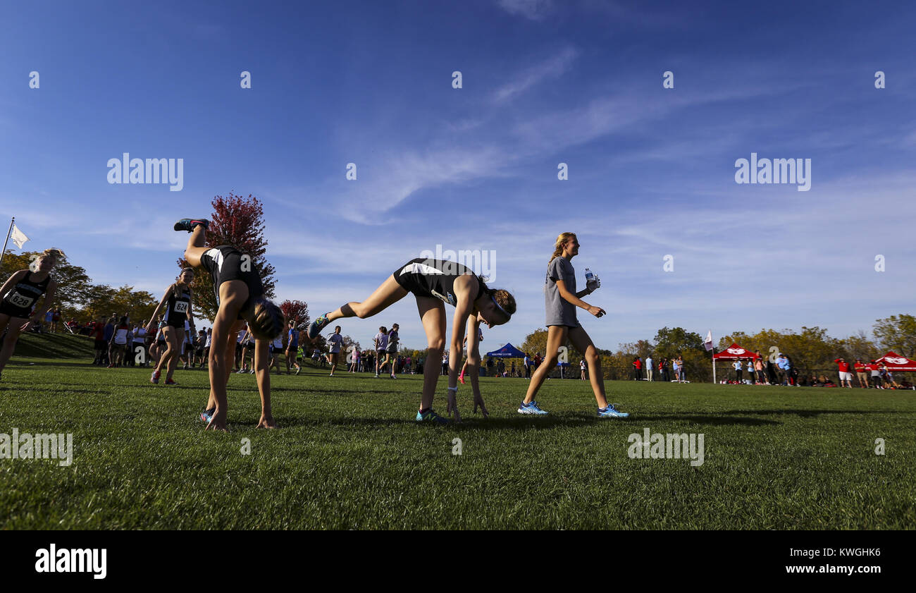 Bettendorf, Iowa, USA. 19th Oct, 2017. Pleasant Valley runners stretch before running in the 4A state cross country - Stock Image