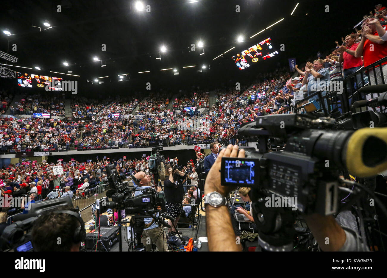 Cedar Rapids, Iowa, USA. 21st June, 2017. A camera pans from the press riser to show the crowd at President Donald - Stock Image