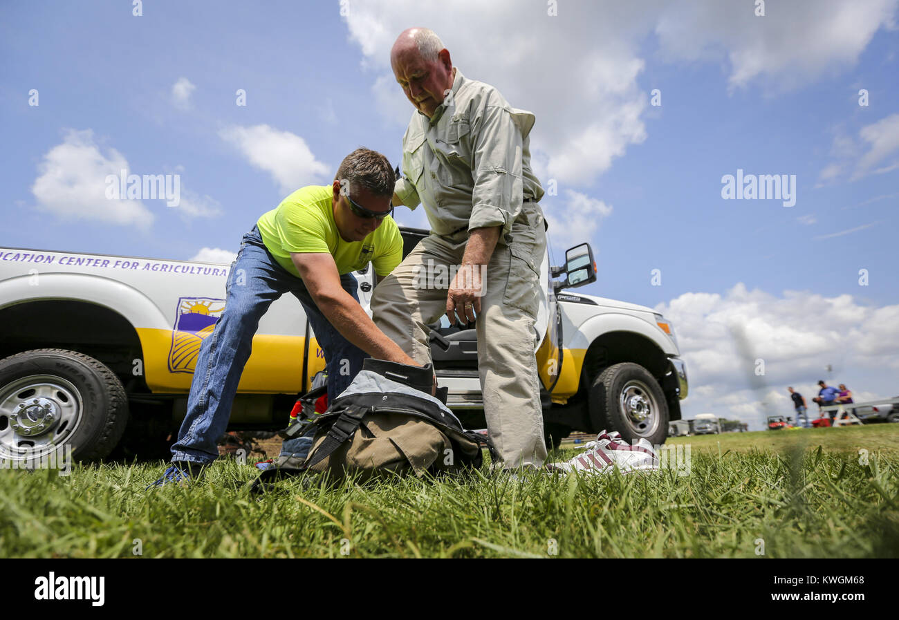 Davenport, Iowa, USA. 6th Aug, 2017. U.S. Secretary of Agriculture Sonny Perdue gets help suiting up in firefighting - Stock Image
