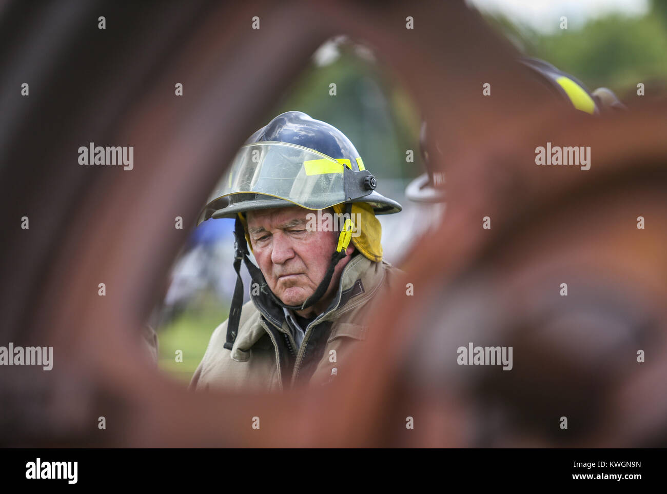 Davenport, Iowa, USA. 6th Aug, 2017. U.S. Secretary of Agriculture Sonny Perdue watches as volunteer firefighters - Stock Image
