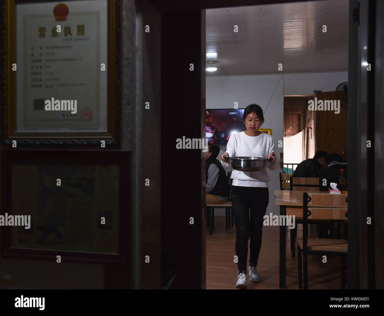 (180104) -- NAN'AN, Jan. 4, 2018 (Xinhua) -- Guo Weilan works at the noodle shop in Pendao Village of Penghua Township Stock Photo