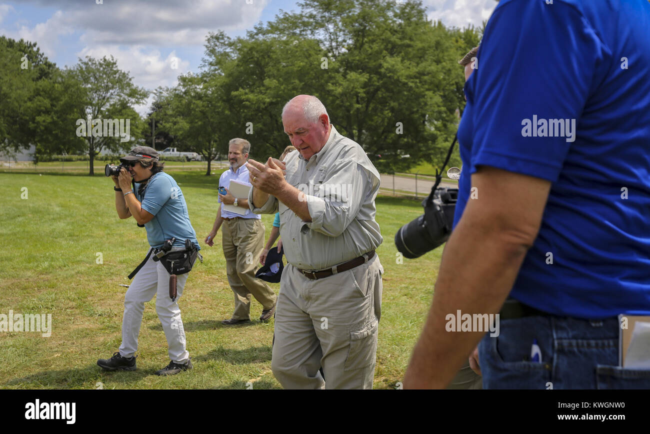 Davenport, Iowa, USA. 6th Aug, 2017. Members of the media surround U.S. Secretary of Agriculture Sonny Perdue as - Stock Image