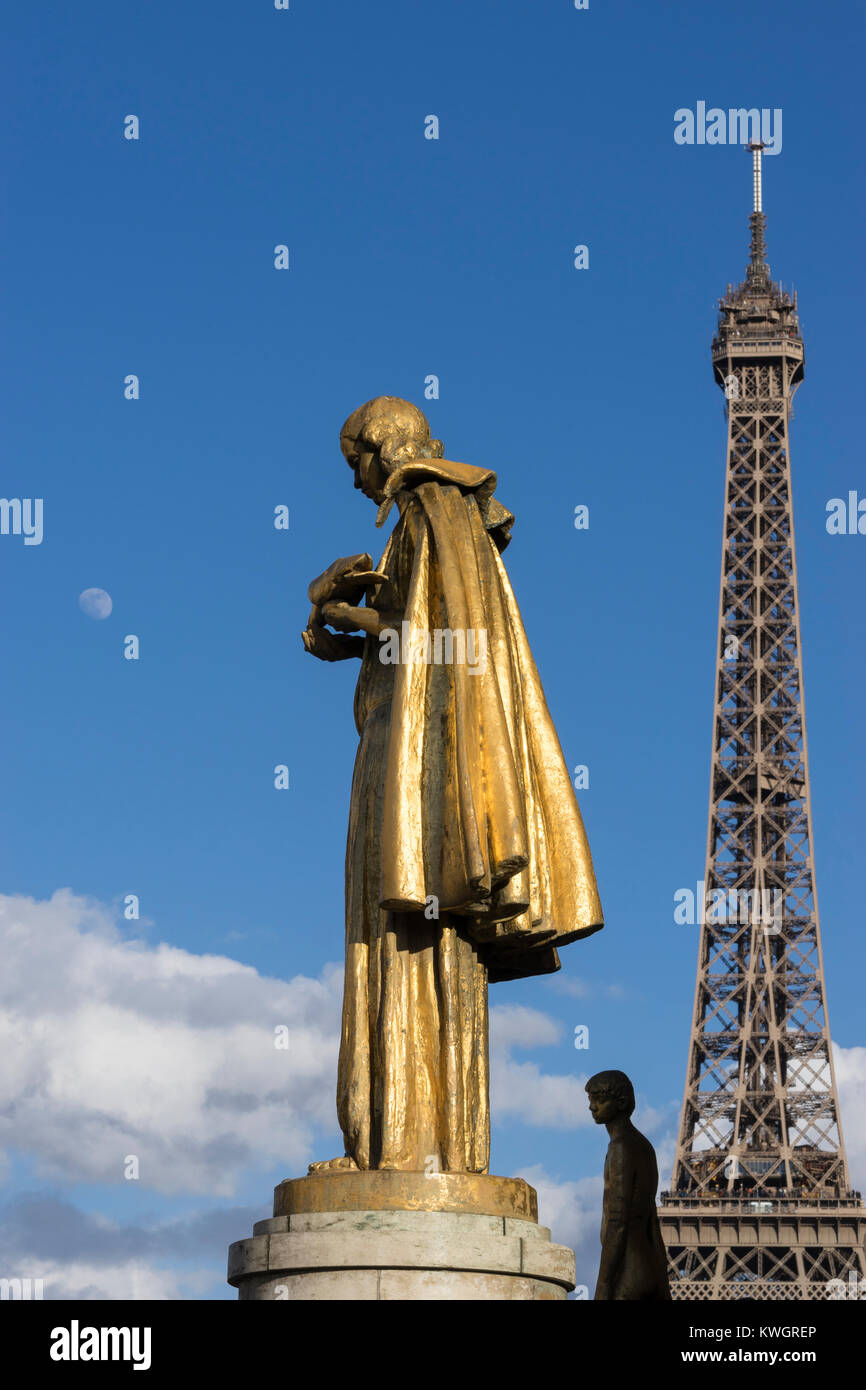 Statue at the Palais de Chaillot with the Eiffel Tower behind, Paris, France - Stock Image