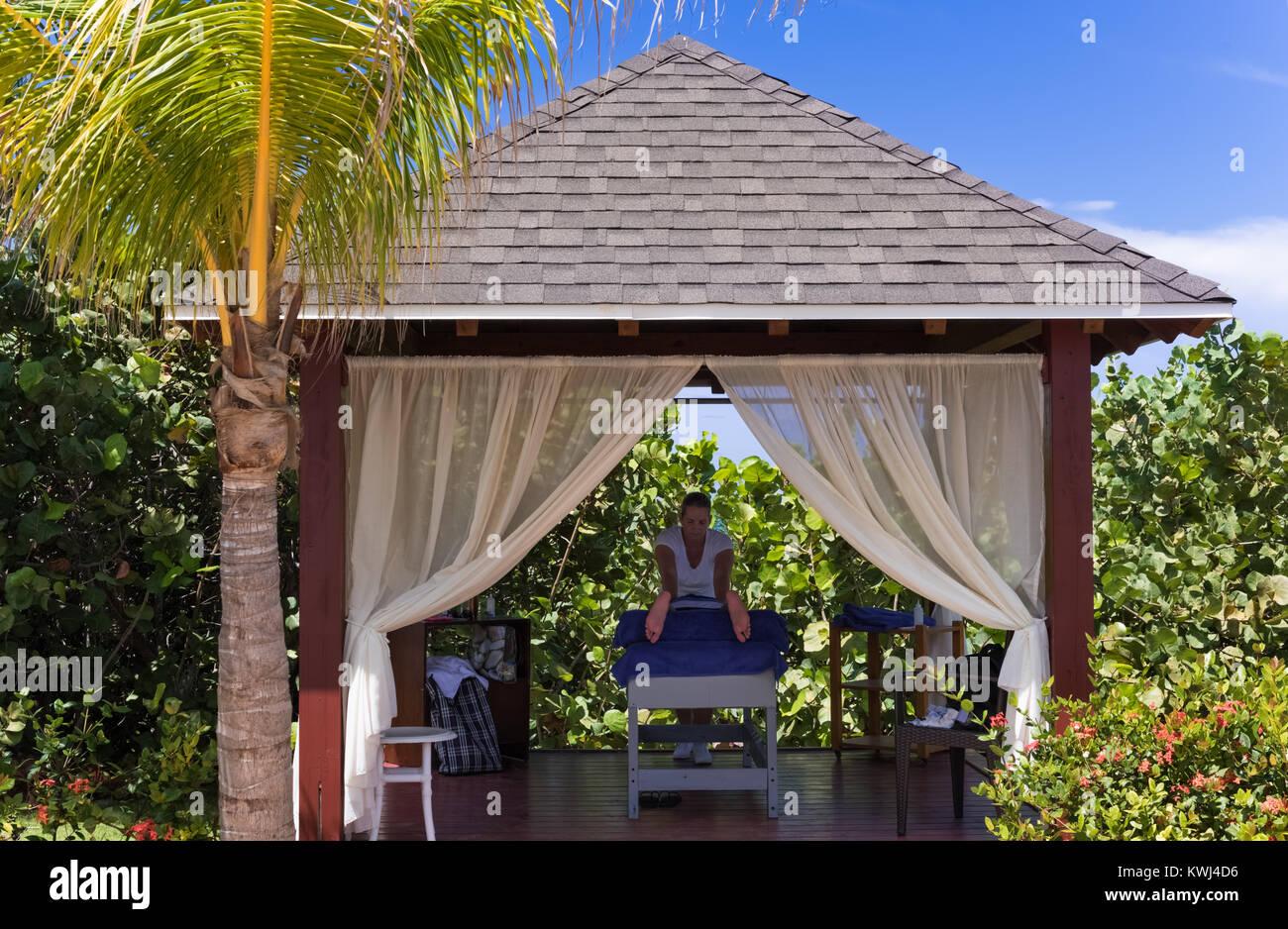 Cayo Santa Maria, Cuba - September 20, 2016: Female masseur massages a tourist - Stock Image