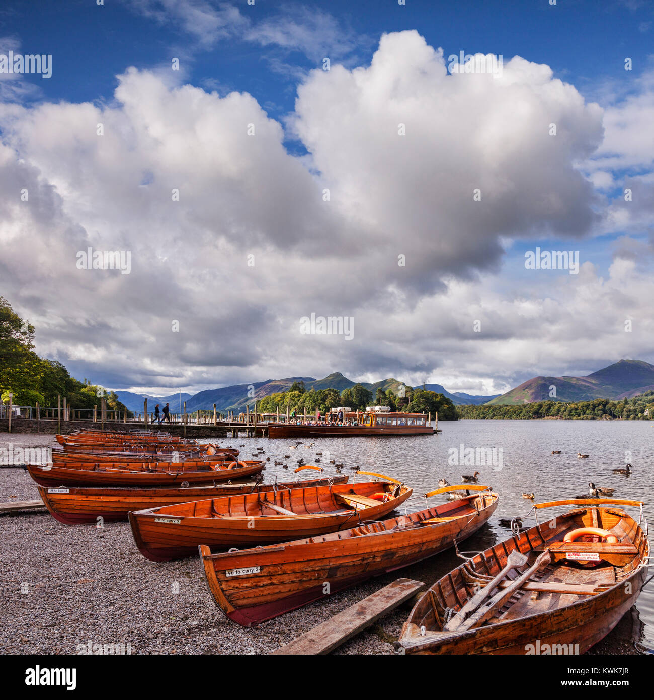 Boats on Derwentwater, looking towards Derwent Isle and Cat Bells, Keswick, Cumbria, England. Tourists boarding - Stock Image