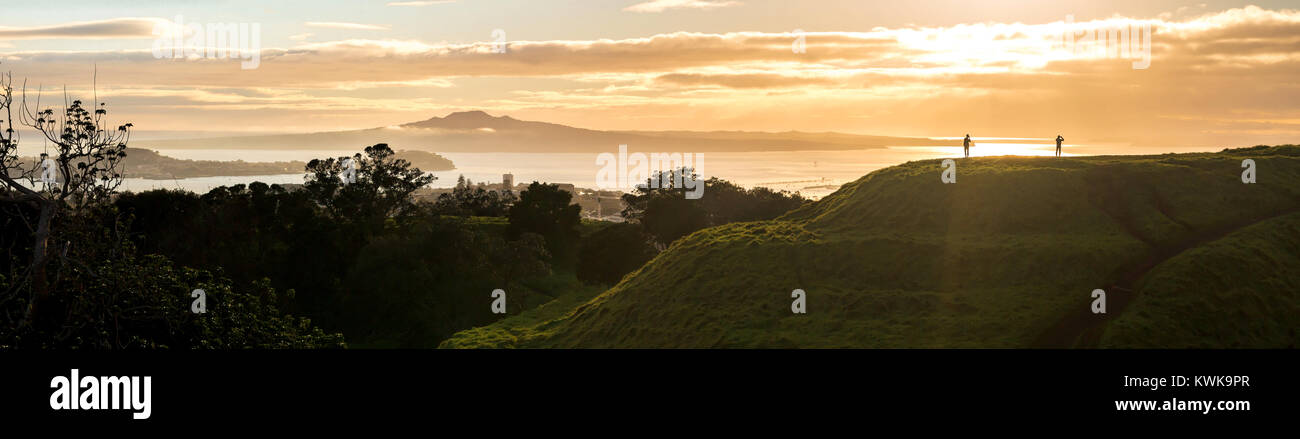 Two tourists look at Auckland city in the mist, a view from Mt Eden - Stock Image