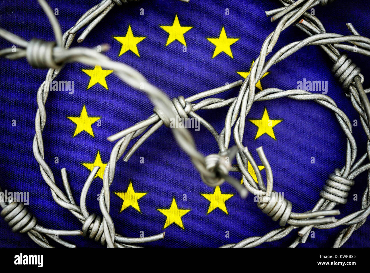 Barbed wire on EU flag, symbolic photo refugee's stream to Europe, Stacheldraht auf EU-Fahne, Symbolfoto Fl?chtlingsstrom - Stock Image