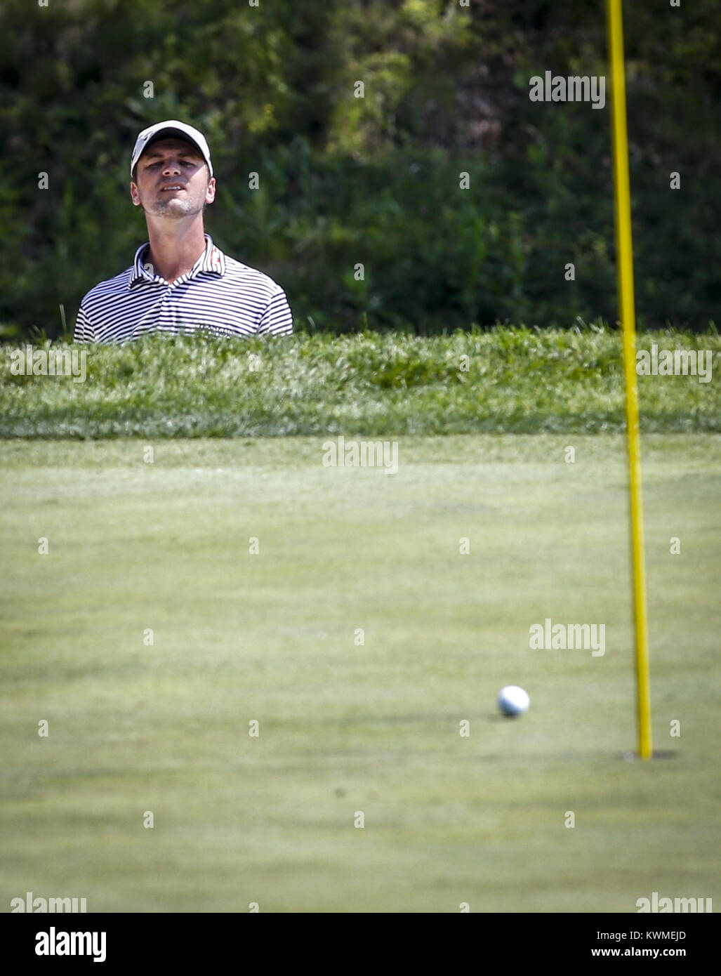 Davenport, Iowa, USA. 10th Aug, 2016. Professional Golfer Sean O'Hair watches his ball after chipping out of - Stock Image