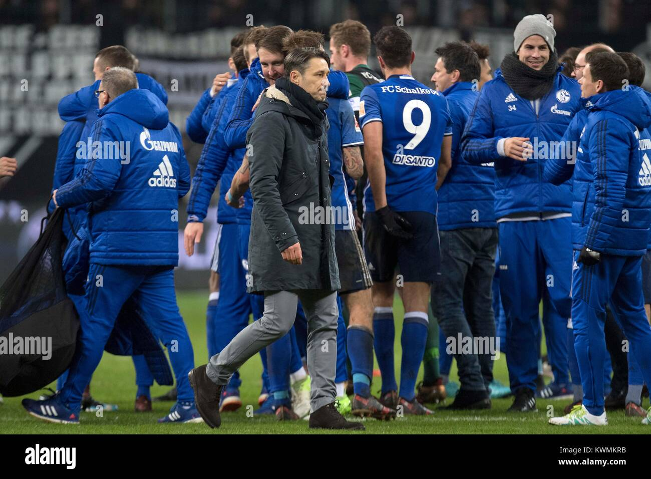 Frankfurt, Deutschland. 16th Dec, 2017. Zaehne (Zahne) zusammenbeissen: coach Niko KOVAC (F) (Mi. vorn) walks after - Stock Image