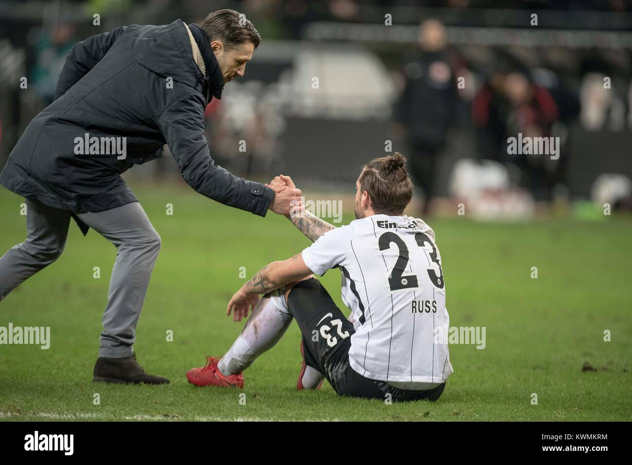 Marco RUSS (F) sitzt after Spielschluss disappointed auf dem pitch, sein coach Niko KOVAC (F) gives ihm die Hand, - Stock Image