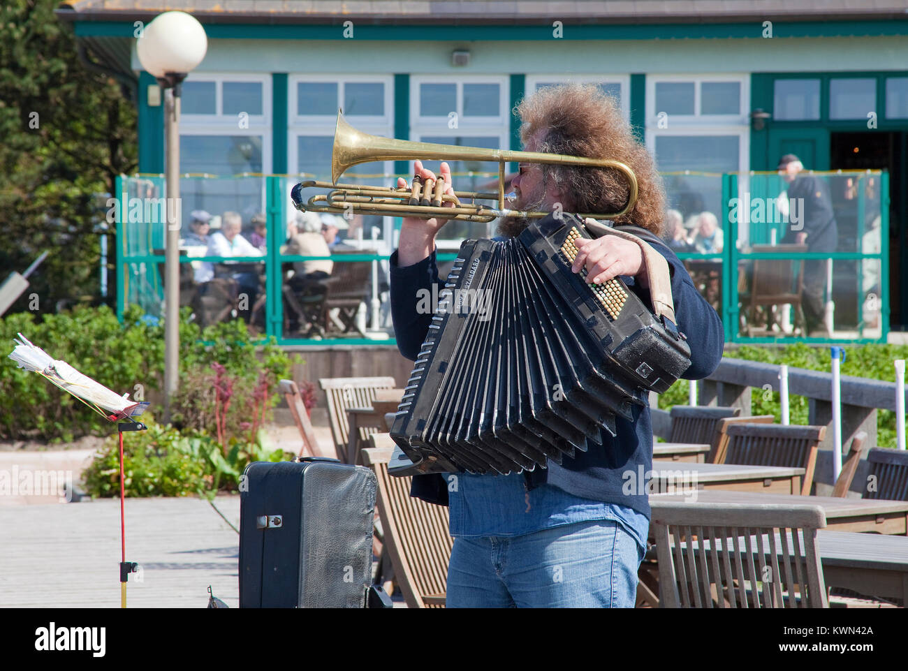 Street musician at the pier of Wustrow, Fishland, Mecklenburg-Western Pomerania, Baltic sea, Germany, Europe - Stock Image