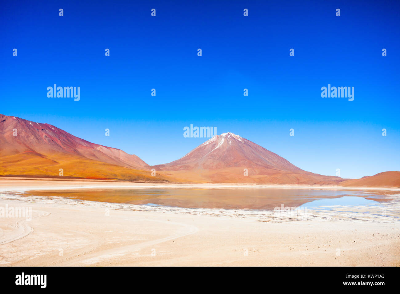 Licancabur volcano and  Green Lake (Laguna Verde) in bolivian Altiplano - Stock Image