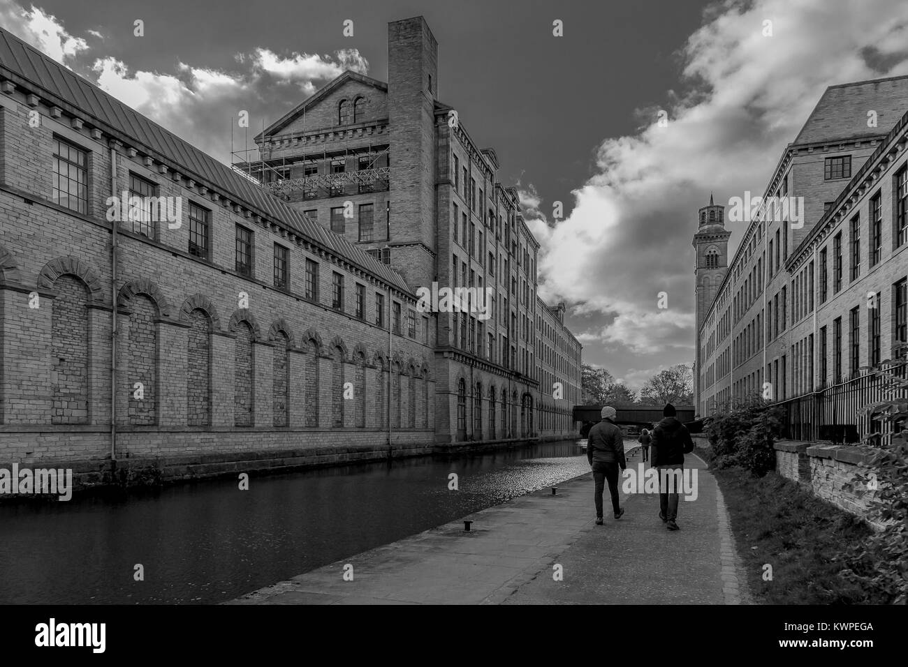 Monochrome. Salts Mill in Saltaire, a world heritage site in West Yorkshire. The Leeds Liverpool canal runs inbetween - Stock Image