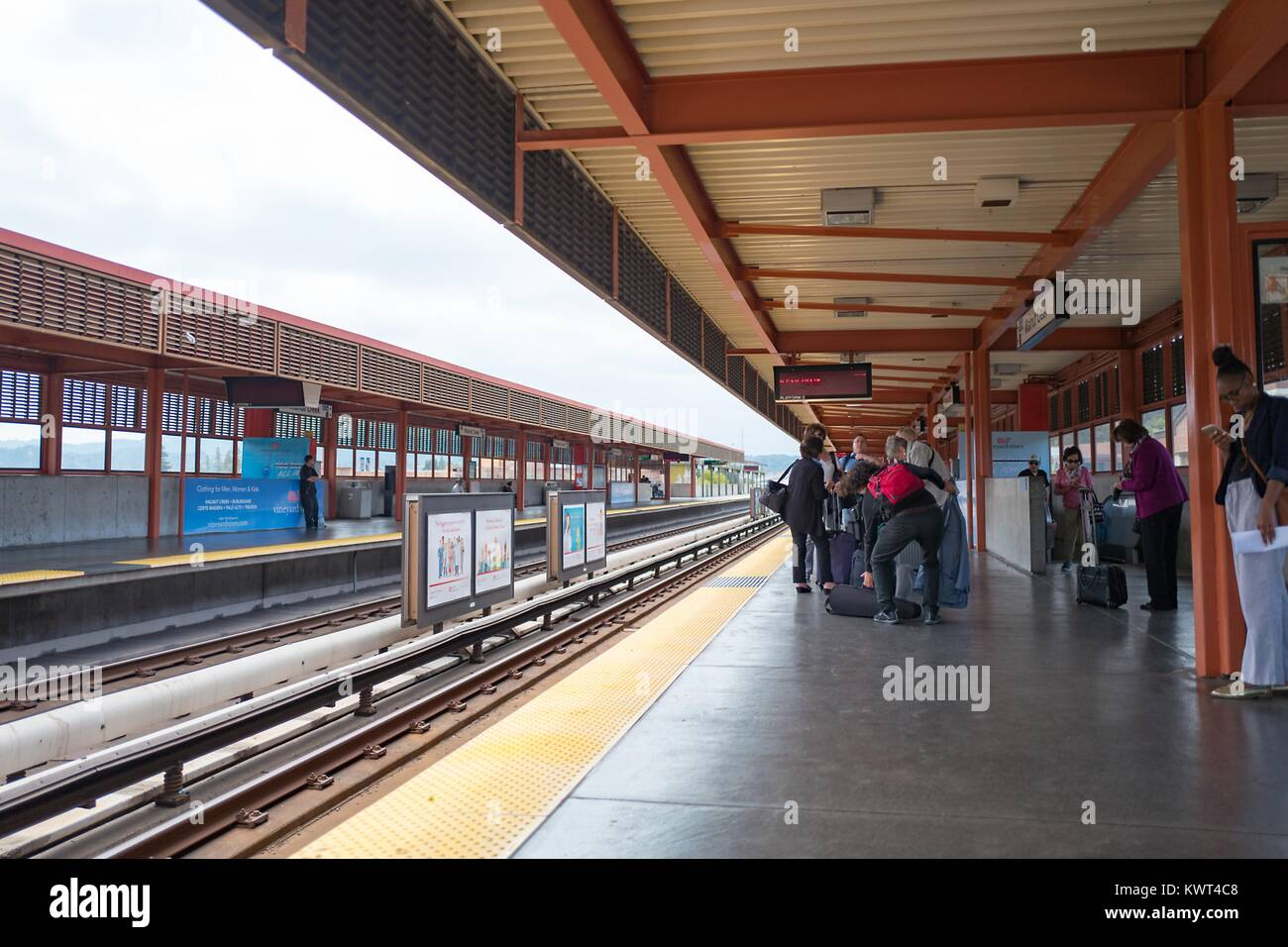 Riders line up and wait for a train to San Francisco at the Walnut Creek, California station of the Bay Area Rapid - Stock Image