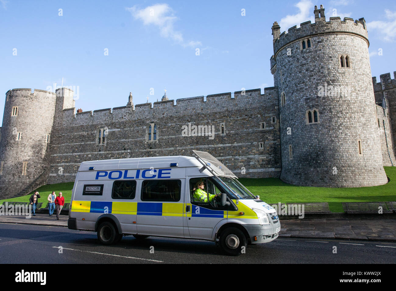 Windsor, UK. 21st October, 2017. A police vehicle passes in front of Windsor Castle shortly before the Changing - Stock Image