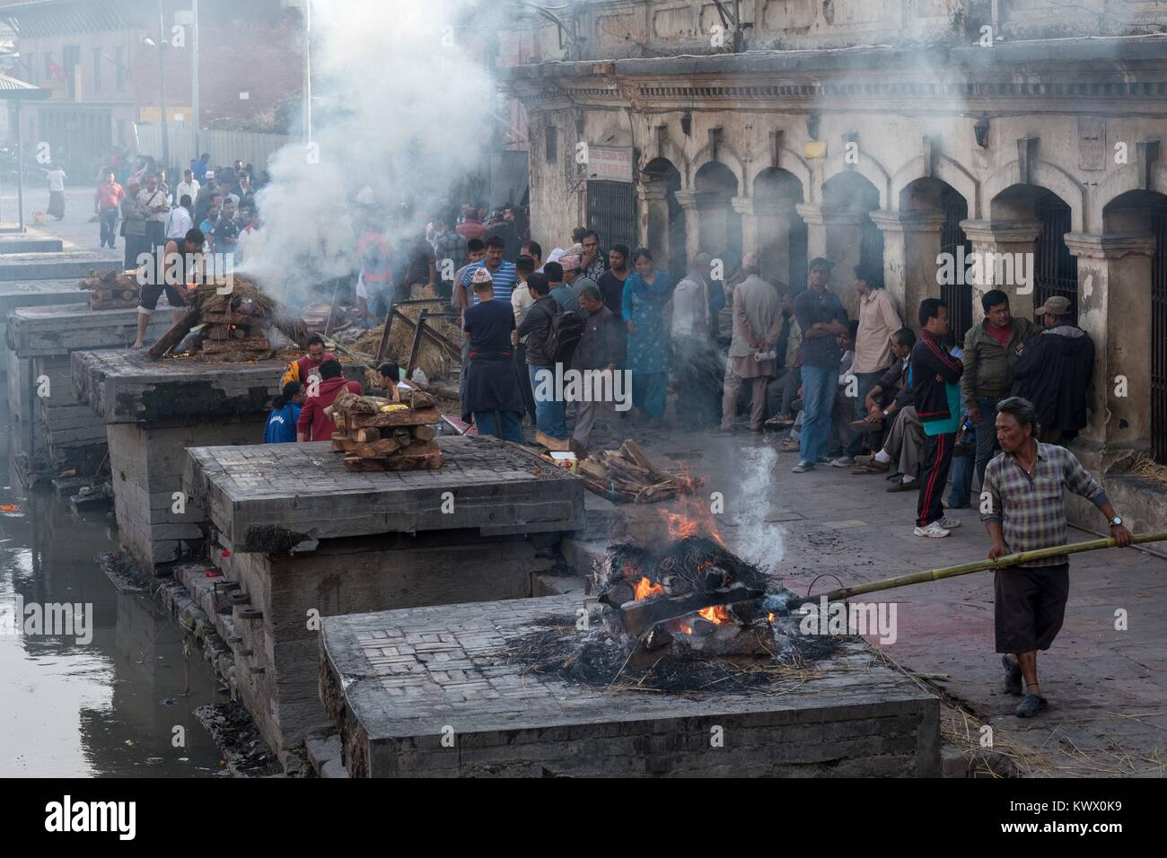 Fire burial at the main incineration site on the banks of the Bagmati River at the Hindu Shrine. | usage worldwide - Stock Image