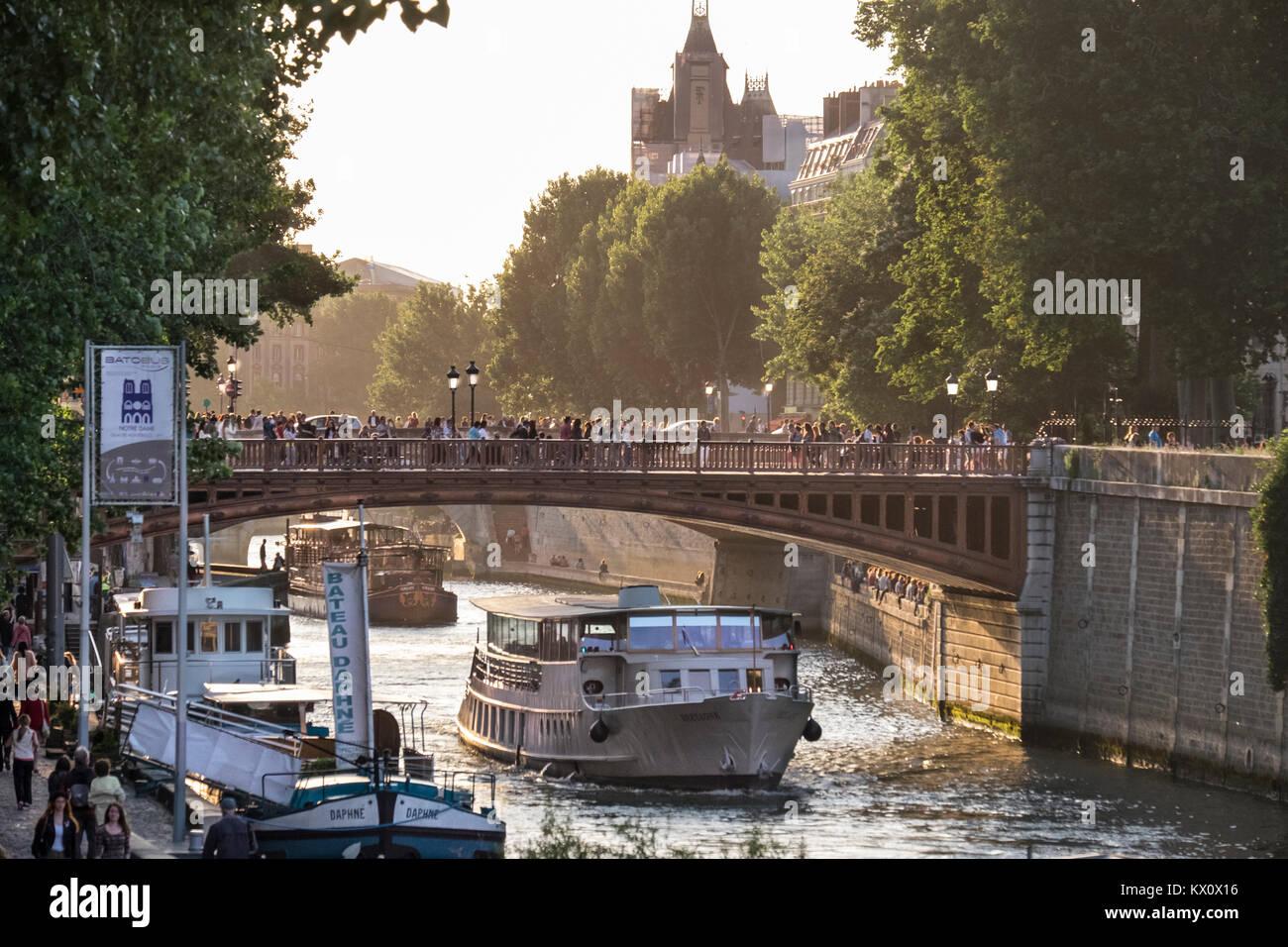 France, Paris (75), Pont au Double connecting Ile de al Cite with the left bank. - Stock Image