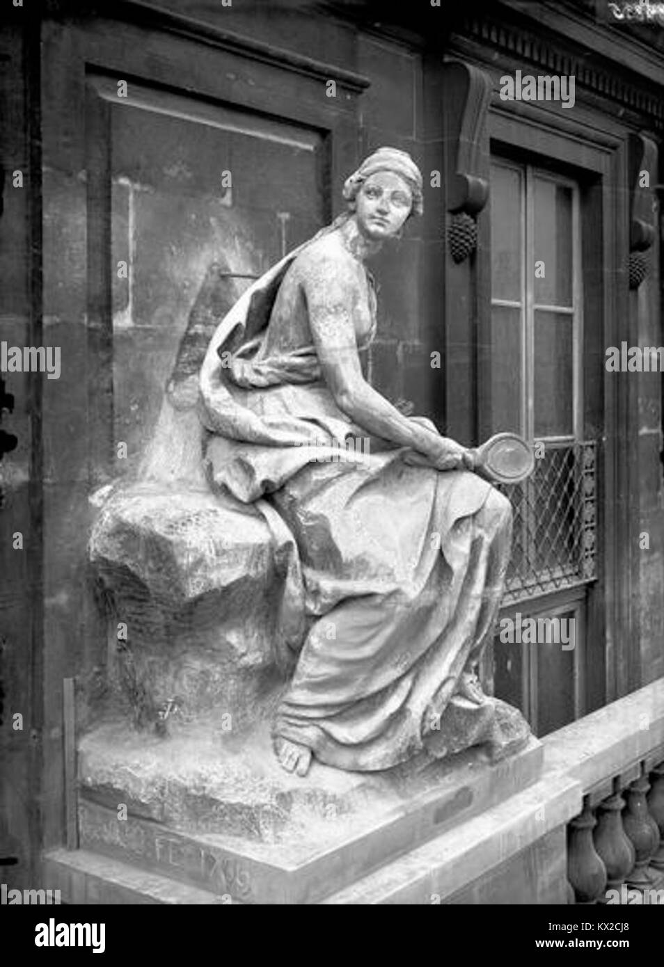 Domaine national du Palais-Royal - Cour d'honneur, façade nord, statue allégorique de la prudence - Stock Image