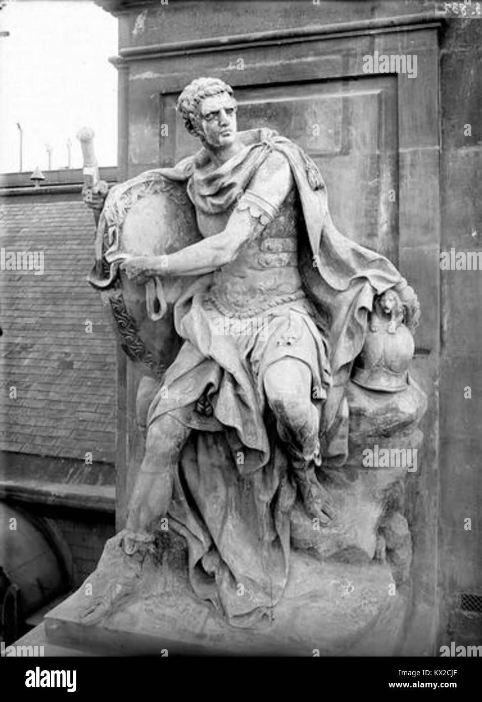 Domaine national du Palais-Royal - Cour d'honneur, façade nord, statue des talents militaires - Paris  - Stock Image
