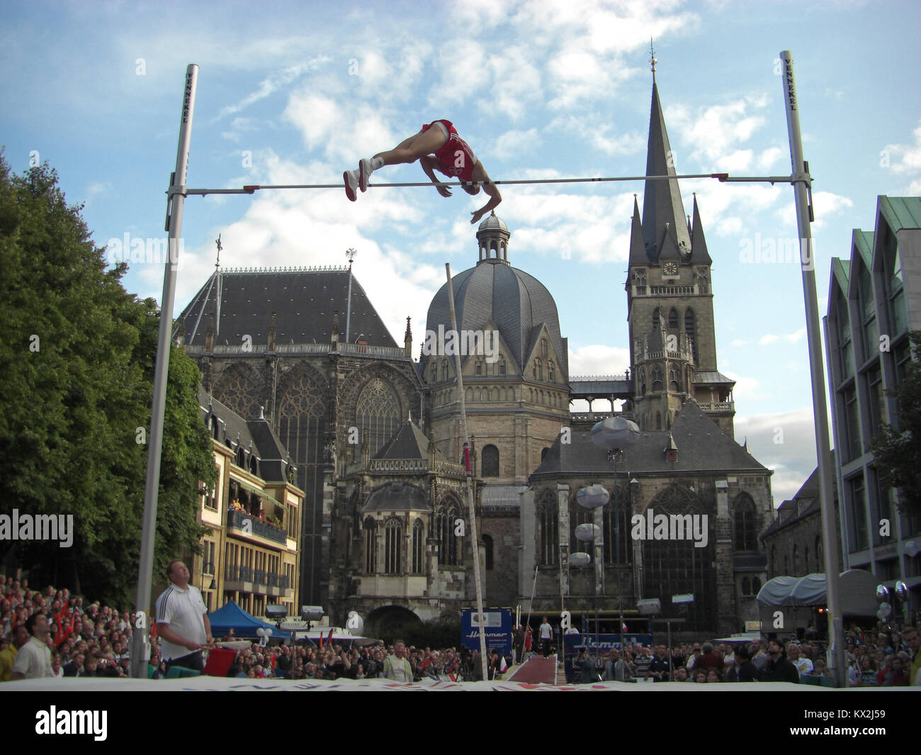 Aachen, Germany - September 2, 2009: NetAachen Domspringen in front of Aachen Cathedral - Stock Image