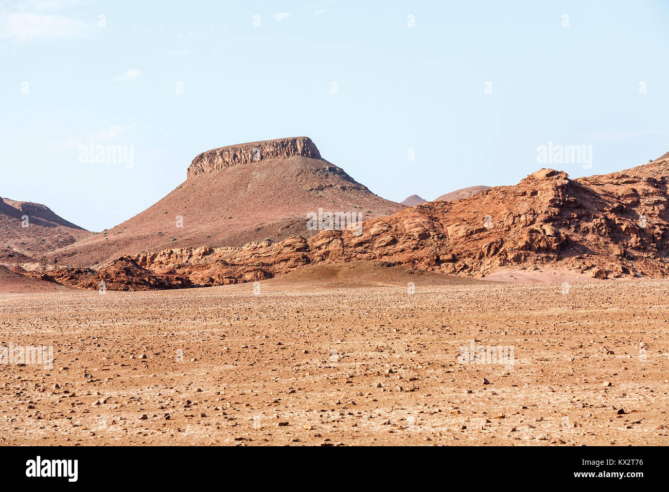 Volcanic plug igneous intrusion: arid mountainous landscape with table-top rock formation in the Skeleton Coast - Stock Image