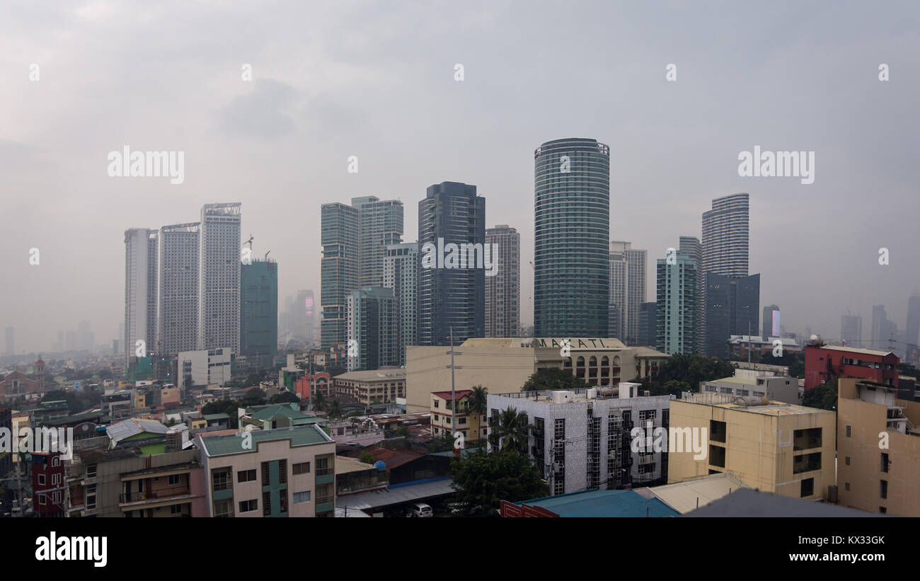 High Sky bar city scape view of the contrasts of living standards Metro Manila, Philippines. - Stock Image