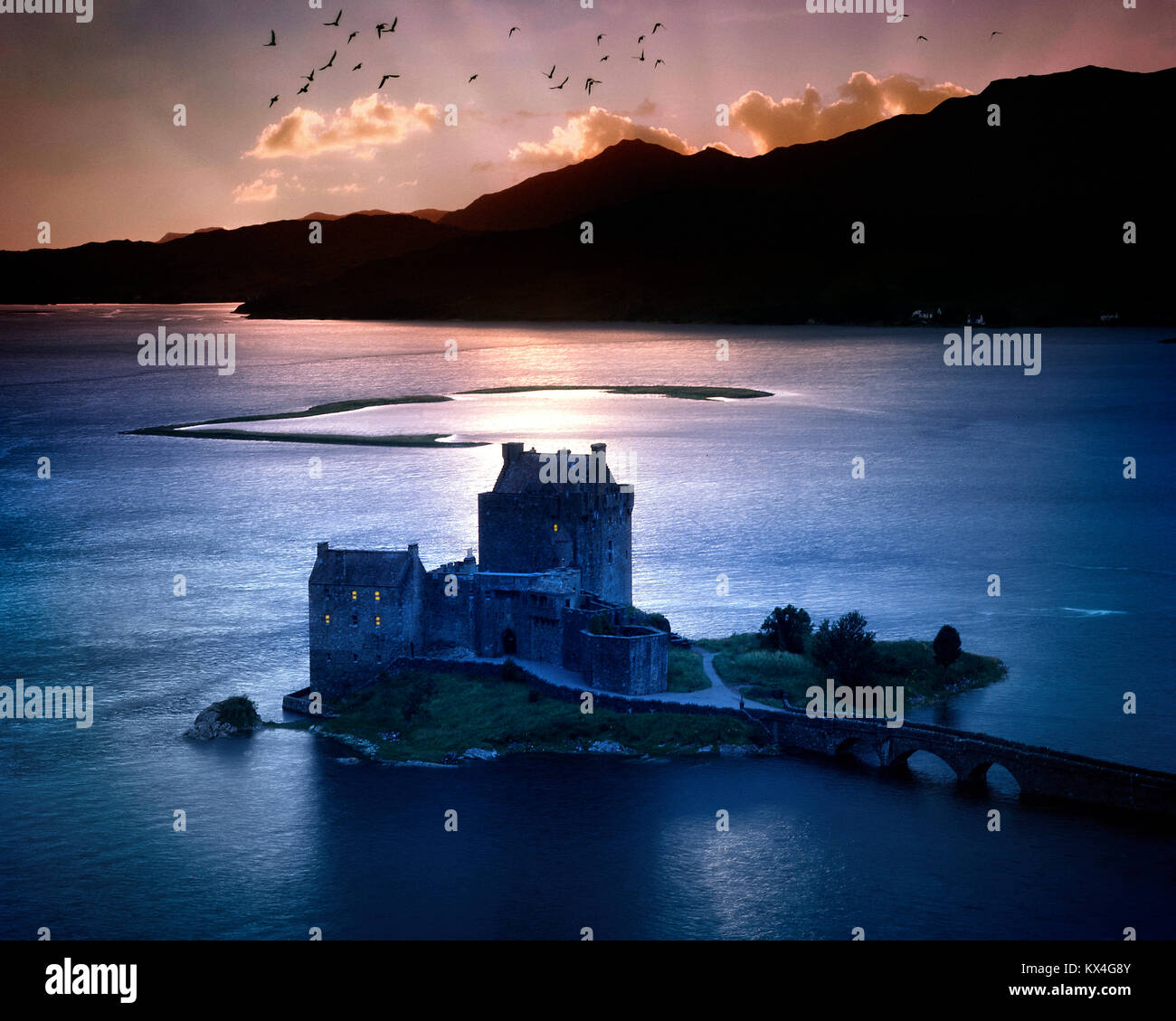 GB - SCOTLAND: Eilean Donan Castle and Loch Duich at sunset - Stock Image