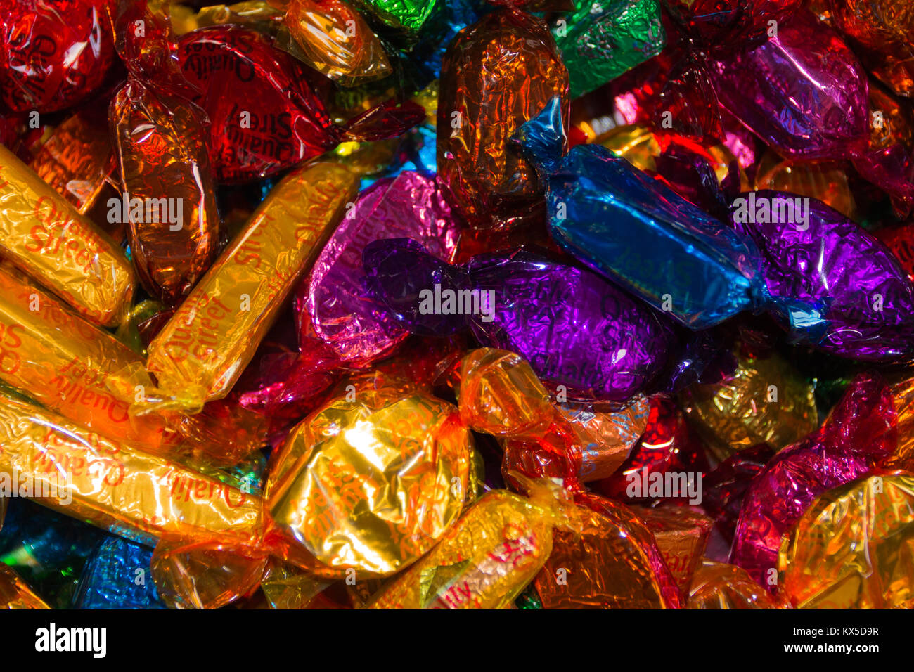 QUALITY STREET: Colourful and bright sweet wrappers - Stock Image