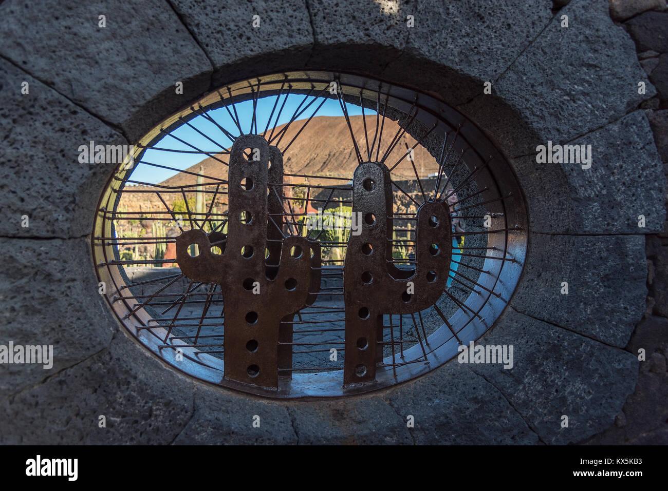 Eingangsbereich des Kakteengartens in Guatiza auf Lanzarote mit einer Bronzeplastik von César Manrique als - Stock Image