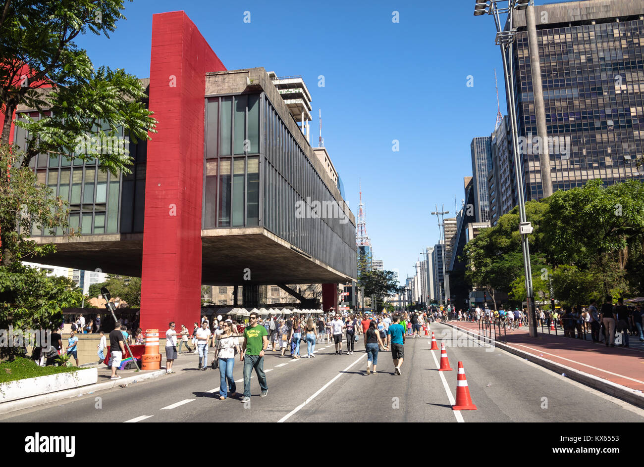 Paulista Avenue closed to cars on sunday and MASP (Sao Paulo Museum of Art) - Sao Paulo, Brazil - Stock Image