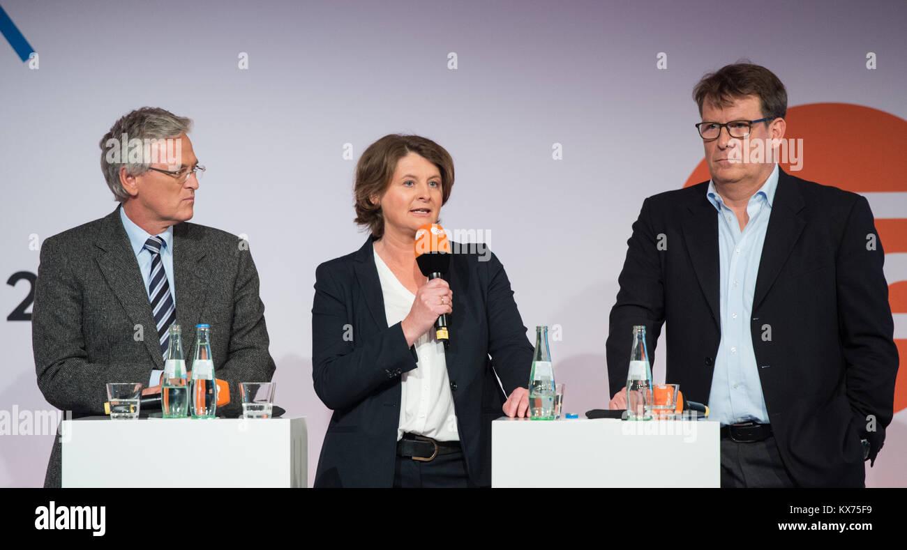 Berlin, Deutschland. 12th Dec, 2017. vl: Dr.Peter FREY (ZDF, Chefredakteur), ZDF Programmchefin Anke SCHOLTEN, ZDF Stock Photo