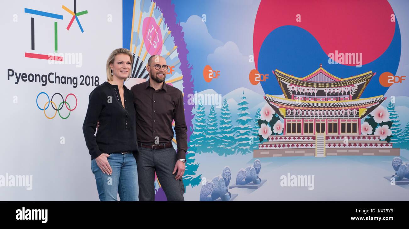vl: Maria HOEFL-RIESCH (ARD Ski Alpin-Experte) und Marco BUECHEL (ZDF Ski Alpin-Experte) ARD- /ZDF - Olympia- und Stock Photo