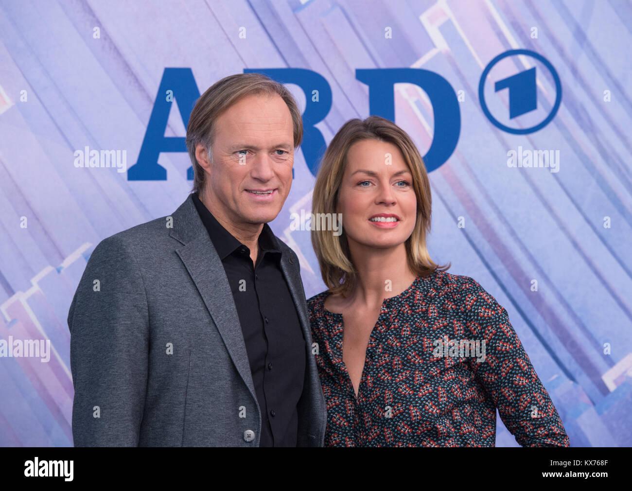 Berlin, Deutschland. 12th Dec, 2017. Gerhard DELLING (ARD Moderator Olympia Live) und Jessy WELLMER (ARD Moderatorin Stock Photo