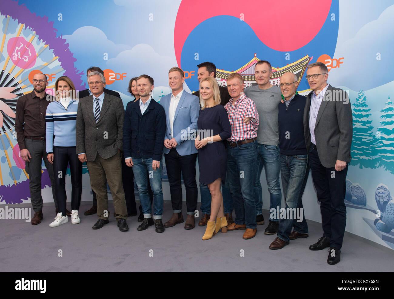 Gruppenfoto des ZDF Moderationsteam bei Olympia 2018. vl: Marco BUECHEL (ZDF Ski Alpin-Experte), Katrin MUELLER Stock Photo