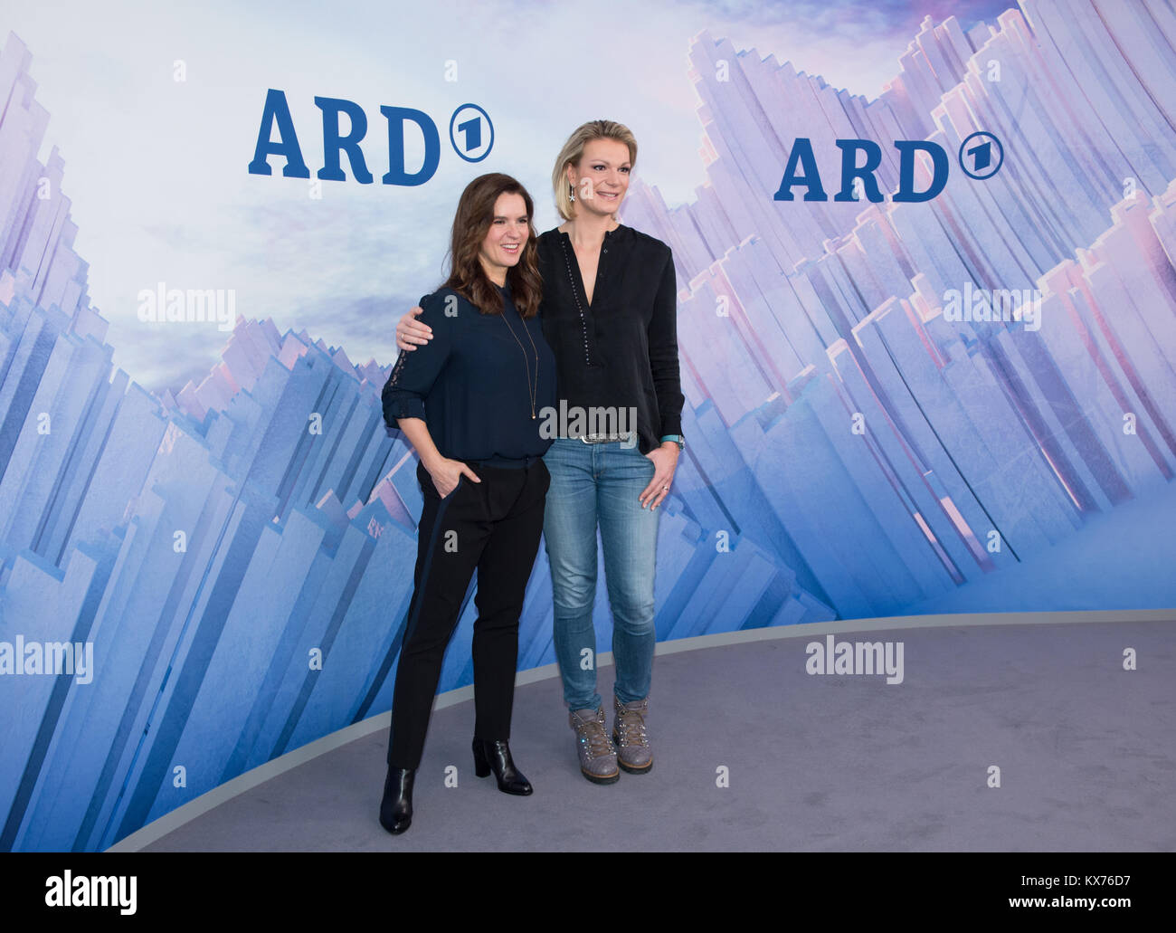 vl: Katarina WITT (ARD Olympia-Expertin) und Maria HOEFL-RIESCH (ARD Ski Alpin-Experte) ARD- /ZDF - Olympia- und Stock Photo