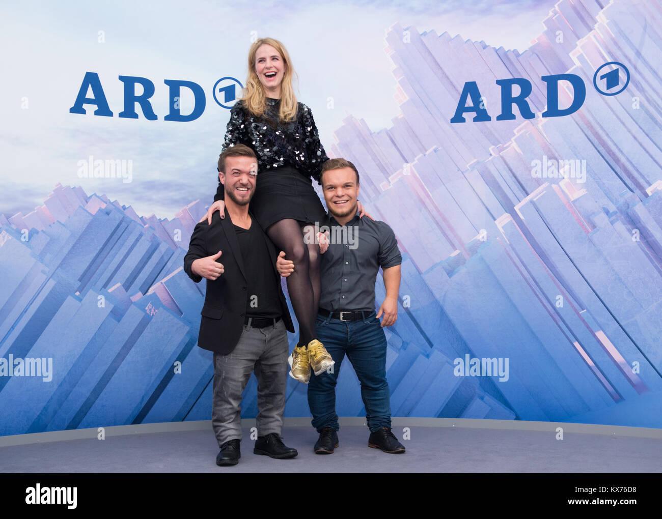 Berlin, Deutschland. 12th Dec, 2017. Mathias MESTER (ARD Paralympics-Experte) und Niko KAPPEL (ARD Paralympics-Experte) Stock Photo