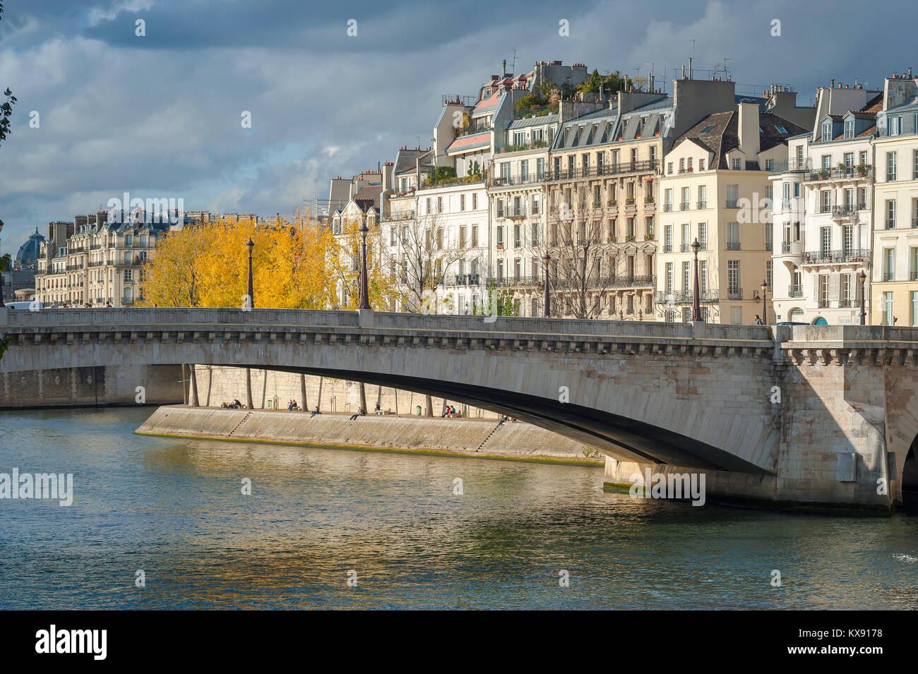 Ile St-Louis Paris, view in autumn of the Pont de la Tournelle and apartment buildings along the Quai d'Orleans - Stock Image